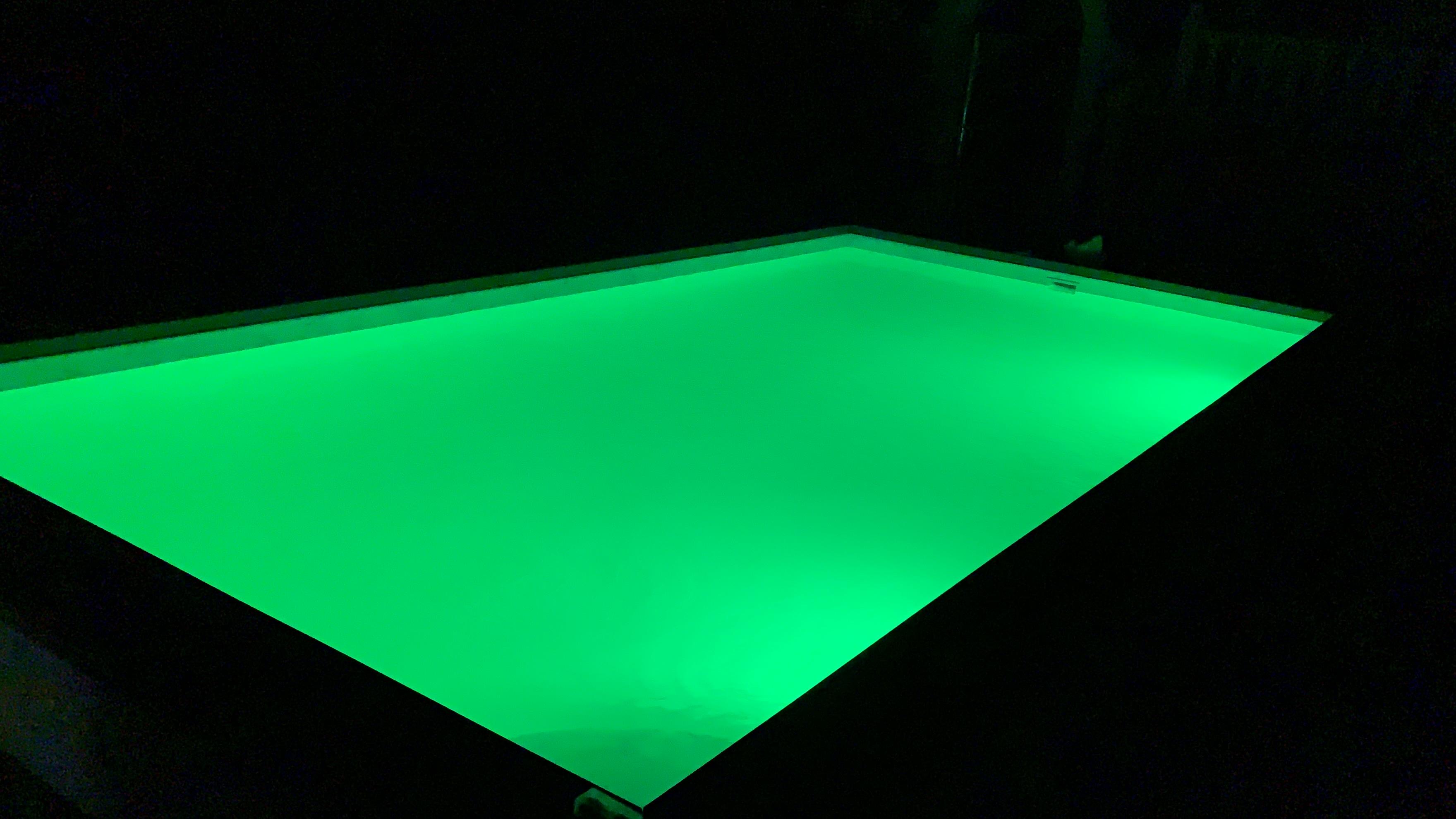 Как светит LED подсветка в бассейне?